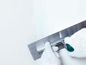 Зачем нужно шпатлевать поверхность стен и потолка?